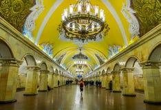 MOSKWA, ROSJA KWIECIEŃ, 29, 2018: Inside widok stacja metru Komsomolskaya przy nocą, metro jest wielkim przykładem Zdjęcie Royalty Free