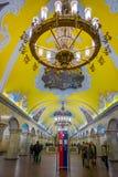 MOSKWA, ROSJA KWIECIEŃ, 29, 2018: Inside widok stacja metru Komsomolskaya przy nocą, metro jest wielkim przykładem Zdjęcie Stock