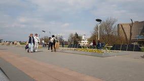 Moskwa Rosja, Kwiecień, - 30 2018 Ludzie chodzą wzdłuż kosmonauta alei w Cosmopark, timelapse zbiory