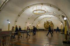 MOSKWA, ROSJA KWIECIEŃ, 29, 2018: Ludzie chodzi wśrodku Mayakovskaya staci metru w Moskwa, Rosja, stalinista Zdjęcie Royalty Free