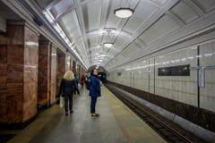 MOSKWA, ROSJA KWIECIEŃ, 29, 2018: Ludzie czeka metro pociąg odjeżdżają od metra Akademicheskaya, rosjanin Zdjęcia Stock