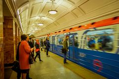 MOSKWA, ROSJA KWIECIEŃ, 29, 2018: Ludzie czeka metro pociąg odjeżdżają od metra Akademicheskaya, rosjanin Zdjęcie Royalty Free