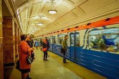 MOSKWA, ROSJA KWIECIEŃ, 29, 2018: Ludzie czeka metro pociąg odjeżdżają od metra Akademicheskaya, rosjanin Obraz Stock