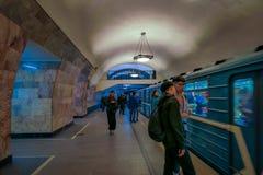 MOSKWA, ROSJA KWIECIEŃ, 29, 2018: Ludzie czeka metro pociąg odjeżdżają od metra Akademicheskaya, rosjanin Obrazy Stock