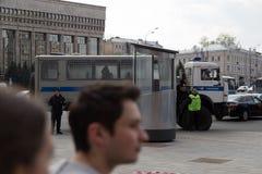 MOSKWA ROSJA, KWIECIEŃ, - 30, 2018: Milicyjni autobusy w kordonie Wiec na Sakharov alei przeciw blokować telegram app zdjęcia royalty free