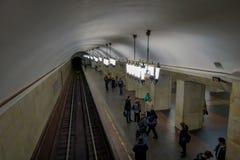 MOSKWA, ROSJA KWIECIEŃ, 29, 2018: Nad widok architektoniczny projekt stacja metru z grupą niezidentyfikowani ludzie Obrazy Royalty Free