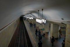 MOSKWA, ROSJA KWIECIEŃ, 29, 2018: Nad widok architektoniczny projekt stacja metru z grupą niezidentyfikowani ludzie Fotografia Royalty Free