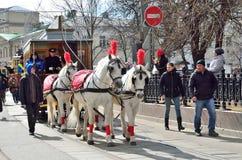 Moskwa, Rosja, Kwiecień, 15, 2017 Parada tramwaje w 2017 rok na Chistoprudny bulwarze Konie zaprzęgać w rywalizaci Obraz Stock