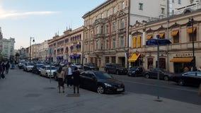 Moskwa Rosja, Kwiecień, - 30 2018 Petrovka ulica jest jeden środkowe stare ulicy miasto zbiory