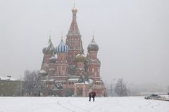 MOSKWA ROSJA, KWIECIEŃ, - 09, 2011: Plac Czerwony, widok St Basil's katedra w śnieżnej pogodzie Podróż Zdjęcia Stock