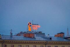 MOSKWA, ROSJA KWIECIEŃ, 24, 2018: Plenerowy widok shinny znaka iluminated nad dachem Fifa puchar świata oh dom Zdjęcia Stock