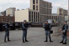 MOSKWA ROSJA, KWIECIEŃ, - 30, 2018: Policjanci w kordonie Wiec na Sakharov alei przeciw blokować telegram app zdjęcie royalty free