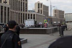 MOSKWA ROSJA, KWIECIEŃ, - 30, 2018: Policjanci w kordonie Wiec na Sakharov alei przeciw blokować telegram app w Rosja obrazy royalty free