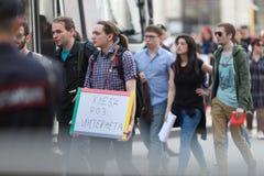 MOSKWA ROSJA, KWIECIEŃ, - 30, 2018: Protestujący opuszczają wiec na Sakharov alei przeciw blokować telegram app w Rosja fotografia royalty free