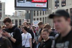 MOSKWA ROSJA, KWIECIEŃ, - 30, 2018: Protestujący opuszczają wiec na Sakharov alei przeciw blokować telegram app w Rosja zdjęcia stock