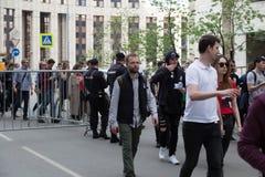 MOSKWA ROSJA, KWIECIEŃ, - 30, 2018: Protestujący opuszczają wiec na Sakharov alei przeciw blokować telegram app w Rosja zdjęcia royalty free