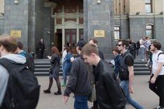 MOSKWA ROSJA, KWIECIEŃ, - 30, 2018: Protestujący opuszczają wiec na Sakharov alei przeciw blokować telegram app w Rosja obraz stock