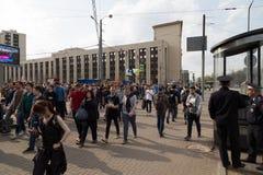 MOSKWA ROSJA, KWIECIEŃ, - 30, 2018: Protestujący opuszczają wiec na Sakharov alei przeciw blokować telegram app w Rosja fotografia stock