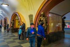MOSKWA, ROSJA KWIECIEŃ, 29, 2018: Salowy widok niezidentyfikowani ludzie chodzi blisko do brązowej rzeźby w Ploshchad Fotografia Stock