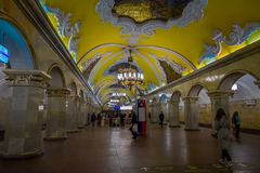 MOSKWA, ROSJA KWIECIEŃ, 29, 2018: Stacja metru Komsomolskaya, metro jest wielkim przykładem Radziecki projekt w Moskwa Obraz Stock