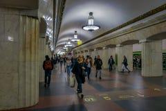 MOSKWA, ROSJA KWIECIEŃ, 29, 2018: Widok architektoniczny projekt stacja metru z grupą niezidentyfikowani ludzie czekać Zdjęcia Royalty Free