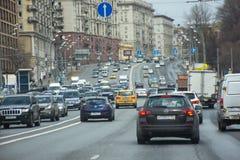 Moskwa Rosja, Kwiecień 24 2017 -: Data ruch drogowy na drogowym Moskwa Zdjęcie Stock