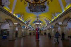 MOSKWA, ROSJA KWIECIEŃ, 29, 2018: Inside widok niezidentyfikowani ludzie waling w staci metru Komsomolskaya, metro jest a Obrazy Royalty Free