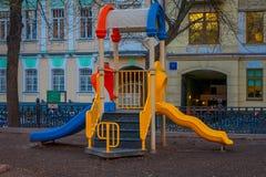 MOSKWA, ROSJA KWIECIEŃ, 29, 2018: Plenerowy widok dziecka ` s boisko w podwórzu park w Moskwa Zdjęcie Stock