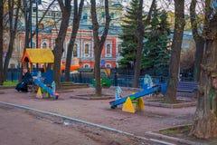 MOSKWA, ROSJA KWIECIEŃ, 29, 2018: Plenerowy widok dziecka ` s boisko w podwórzu park w Moskwa Zdjęcia Royalty Free