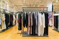 Moskwa Rosja, Lipiec, - 25 2017 Żeńska odzież w sklepie TSUM - Środkowy wydziałowy sklep Obraz Royalty Free