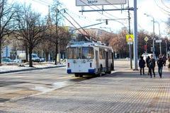 MOSKWA ROSJA, LIPIEC, - 30, 2016: Błękitny trolleybus przy miasto ulicą Zdjęcia Royalty Free