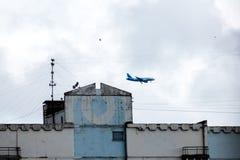 Moskwa Rosja, Lipiec, - 8, 2016: Rosja Boeing 737 zdejmowa? od Vnukovo lotniska Samolot unosi si? w niebie nad dom obrazy stock