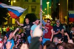 MOSKWA ROSJA, LIPIEC, - 01, 2018: Futbolowy puchar świata 2018, Rosyjscy fan piłki nożnej świętuje zwycięstwo nad Hiszpania w Mos Zdjęcia Stock