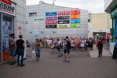 MOSKWA ROSJA, LIPIEC, - 22, 2018: Grupa młodzi ludzie w barwiących hełmofonach SONY h ucho dalej zbierający dla poszukiwania przy fotografia stock