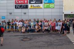MOSKWA ROSJA, LIPIEC, - 22, 2018: Grupa młodzi ludzie w barwiących hełmofonach SONY h ucho dalej zbierający dla poszukiwania przy fotografia royalty free