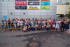 MOSKWA ROSJA, LIPIEC, - 22, 2018: Grupa młodzi ludzie w barwiących hełmofonach SONY h ucho dalej zbierający dla poszukiwania przy obraz royalty free