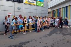 MOSKWA ROSJA, LIPIEC, - 22, 2018: Grupa młodzi ludzie w barwiących hełmofonach SONY h ucho dalej zbierający dla poszukiwania przy zdjęcie stock