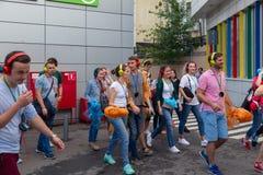 MOSKWA ROSJA, LIPIEC, - 22, 2018: Grupa młodzi ludzie w barwiących hełmofonach SONY h ucho dalej zbierający dla poszukiwania przy zdjęcia royalty free