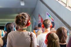 MOSKWA ROSJA, LIPIEC, - 22, 2018: Grupa młodzi ludzie w barwiących hełmofonach SONY h ucho dalej zbierający dla poszukiwania przy zdjęcia stock