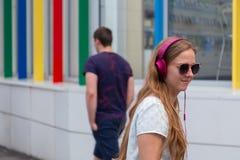 MOSKWA ROSJA, LIPIEC, - 22, 2018: Grupa młodzi ludzie w barwiących hełmofonach SONY h ucho dalej zbierający dla poszukiwania przy obraz stock