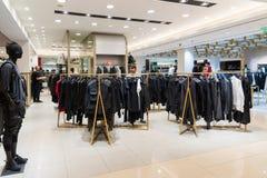 Moskwa Rosja, Lipiec, - 25 2017 Mężczyzna odzież w sklepie TSUM Obraz Stock