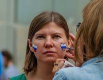 Moskwa Rosja, Lipiec, - 7, 2018: portret z włosami europejska kobieta z krajową rosyjską tricolor flaga malował na twarzy Obrazy Stock