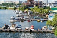 Moskwa Rosja, Lipiec, - 09 2016 Przyjemności łodzie przy molem jachtu klubu brzeg dom Fotografia Royalty Free
