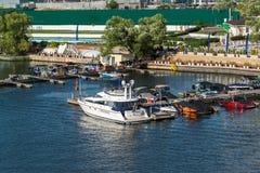 Moskwa Rosja, Lipiec, - 09 2016 Przyjemności łodzie przy molem jachtu klubu brzeg dom Obrazy Royalty Free
