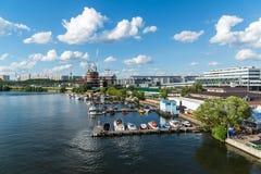 Moskwa Rosja, Lipiec, - 09 2016 Przyjemności łodzie przy molem jachtu klubu brzeg dom Zdjęcie Royalty Free