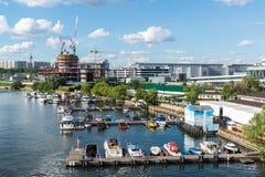 Moskwa Rosja, Lipiec, - 09 2016 Przyjemności łodzie przy molem jachtu klubu brzeg dom Fotografia Stock