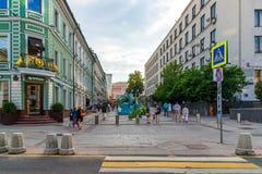 Moskwa Rosja, Lipiec, - 25 2017 Stoleshnikov pas ruchu jest zwyczajnym ulicą w dziejowym centrum miasto Zdjęcie Stock