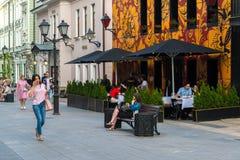 Moskwa Rosja, Lipiec, - 25 2017 Stoleshnikov pas ruchu jest zwyczajnym ulicą w dziejowym centrum miasto Obrazy Royalty Free