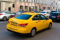 MOSKWA ROSJA, Lipiec, - 24 2017 Taxi bez gatunku iść Sretenka ulica Zdjęcia Royalty Free