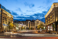 Moskwa Rosja, Lipiec, -, 2017: Widok Tverskaya ulica od Manezhnaya kwadrata przy lato zmierzchem z samochodowymi śladami Tverskay obraz stock